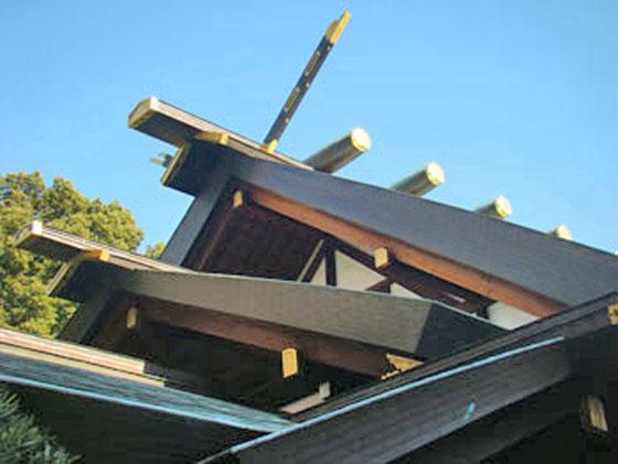 本殿の屋根 長いのは千木と呼ばれる