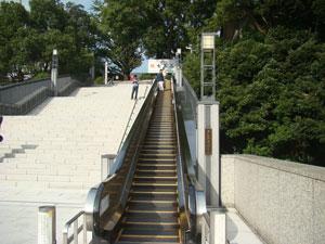 日枝神社はエスカレーターで昇る